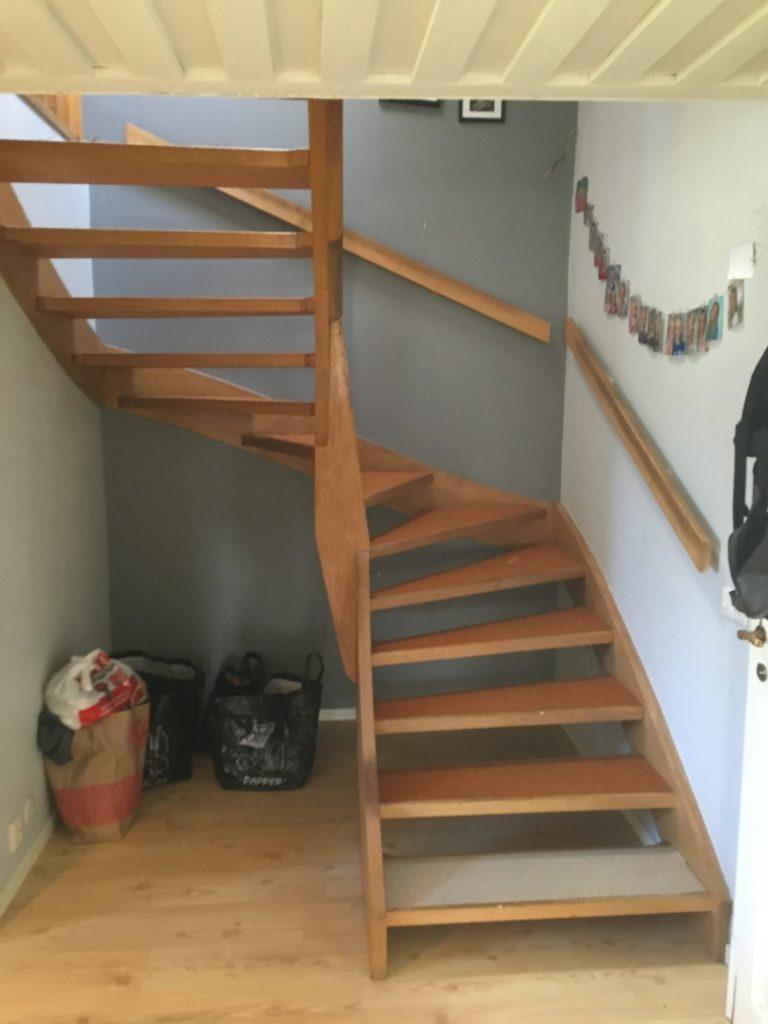 Förebild. Väldigt mycket 80-tals känsla vilket är helt fel i detta gamla hus. Nu matchar trappan och huset.