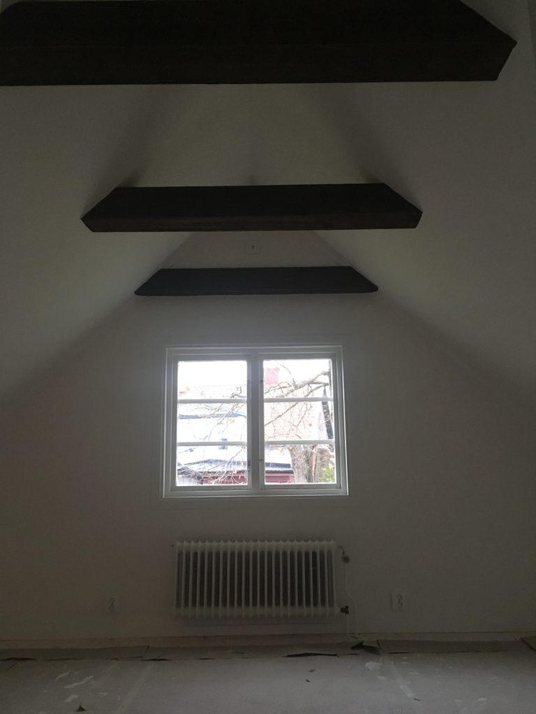 Sovrummet renoverades för att höja taket och ta fram hangjälkarna.