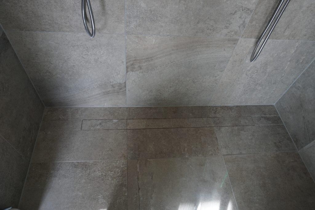 Designbrunn väl gömd, märk även att fogarna livar på golv och vägg