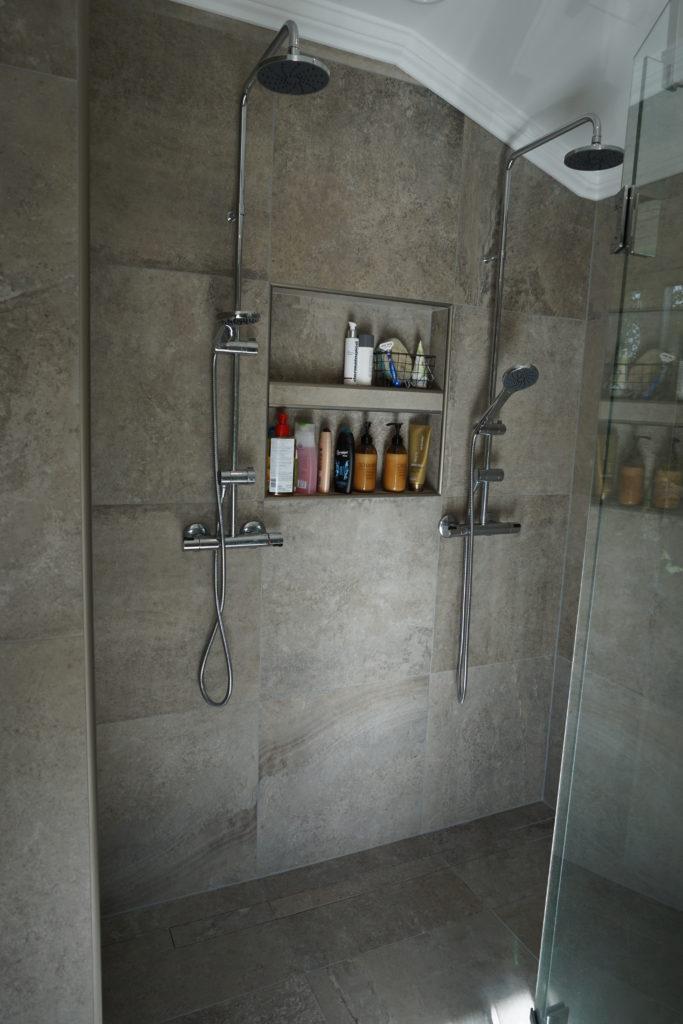 Shampoohyllan är inpassad både i höjd och bredd till övriga plattor.