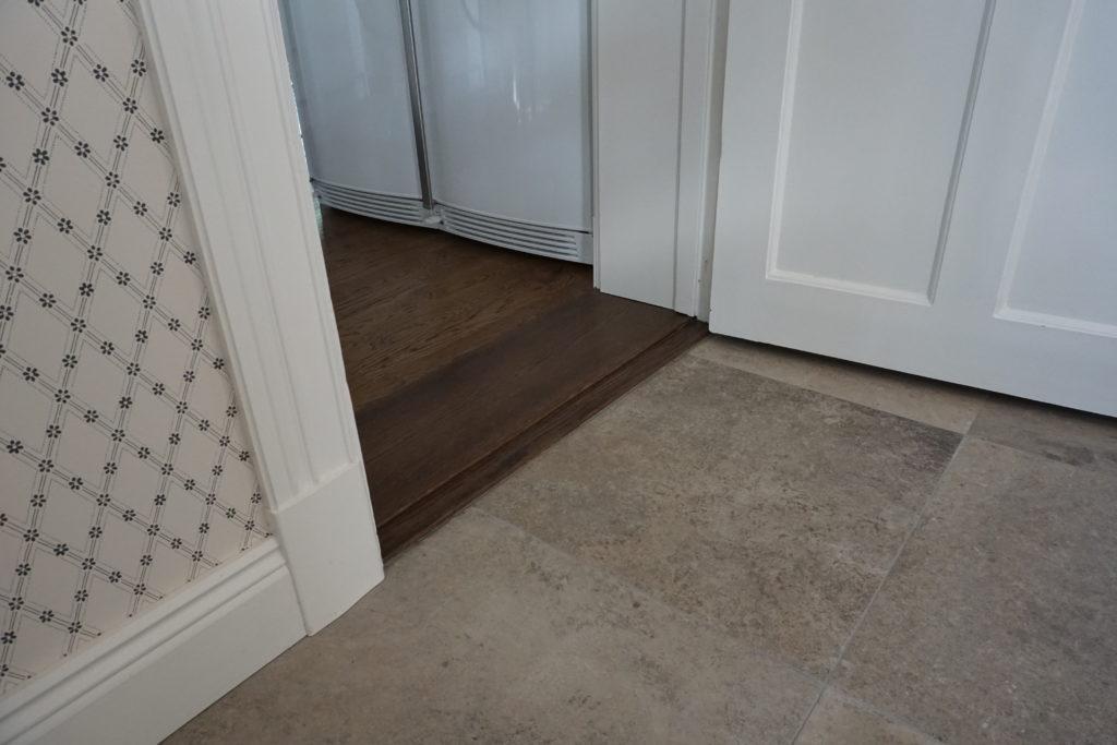 Över en bred men låg tröskel tar man sig vidare in i köket. Huset har ca 30cm tjocka timmerväggar.