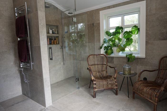 Badrum med 60x60cm klinker på golv och vägg